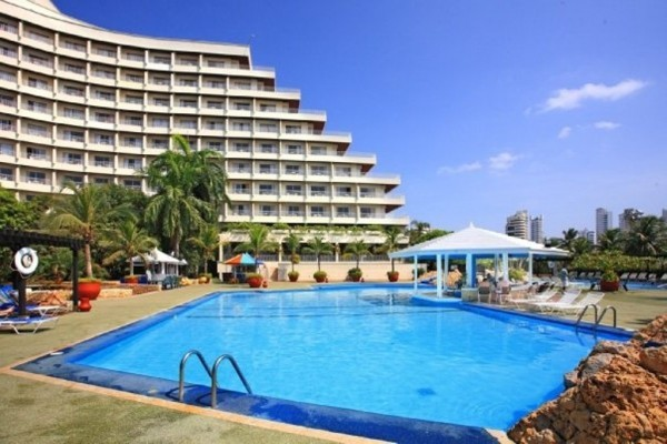 Piscina.  Fuente: Hilton Cartagena Fanpage Facebook